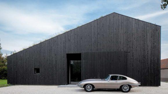 Чёрный дом с зелёной крышей в Голландии
