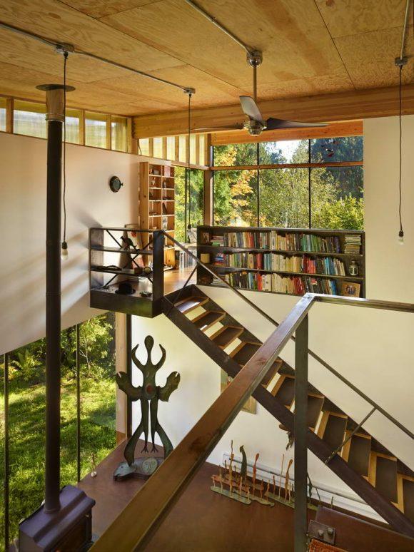 Этот небольшой лесной домик предназначен для загородной студии художника в тихом лесном районе.