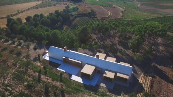 Дом в винограднике (Shelter in the Vineyard) в Испании от Ramon Esteve.