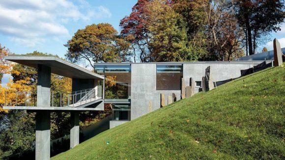 Бетонный дом на склоне в США