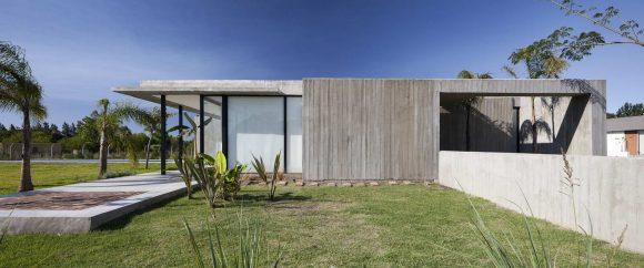 Минималистский дом с двором в Аргентине