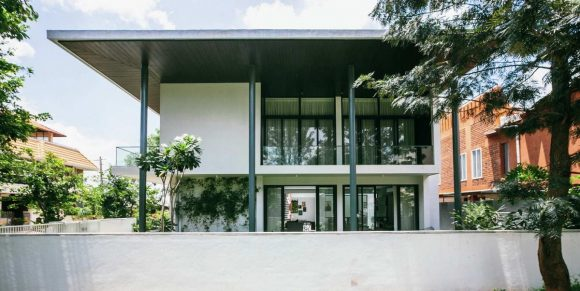 Модернистский дом с двором в Индии