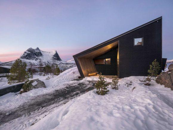 Стеклянный дом на скалах Норвегии