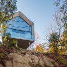 Дом на скале в Канаде от MU Architecture.