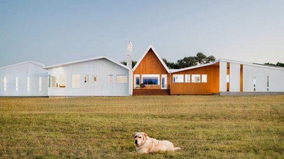 Сельский дом на холме в США от Miro Rivera Architects.