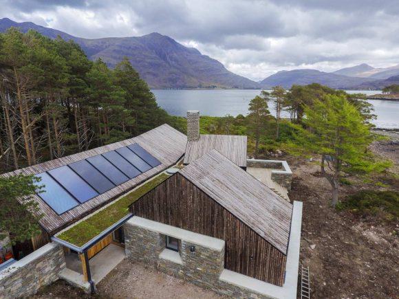 Дом у озера в Шотландии от HaysomWardMiller Architects.