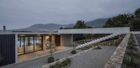 Бетонная дача у океана в Чили