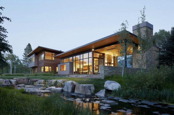 Дом среди осин у озера в США