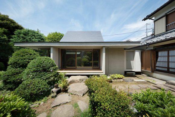 Дом с двухскатной крышей в Японии от Hiroki Tominaga-Atelier.