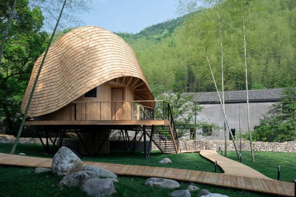 Дом с необычной крышей в Китае