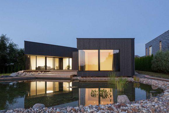 Черный дом на склоне реки Невежис в Литве от Nebrau.