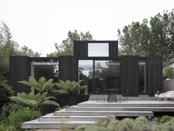 Чёрный деревянный дом