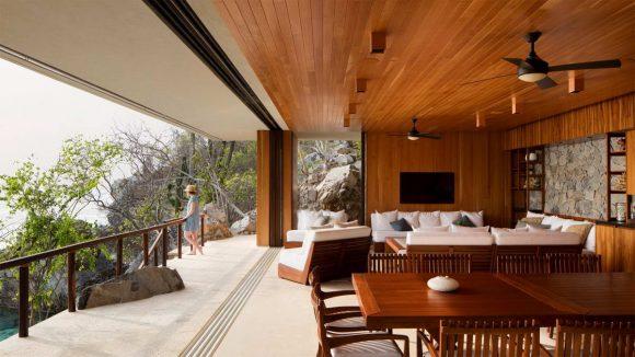 Дом с бассейном на скале у океана