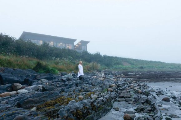 Чёрный дом на берегу