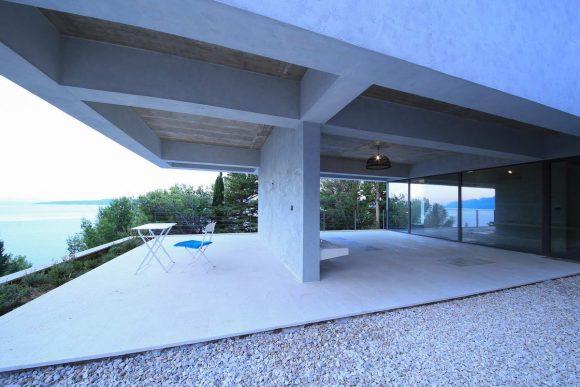 Бетонный дом на склоне у моря