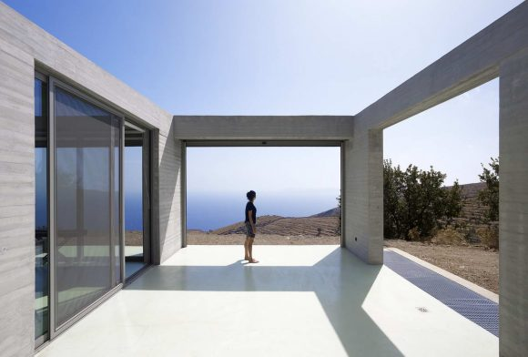 Бетонная дача в Греции