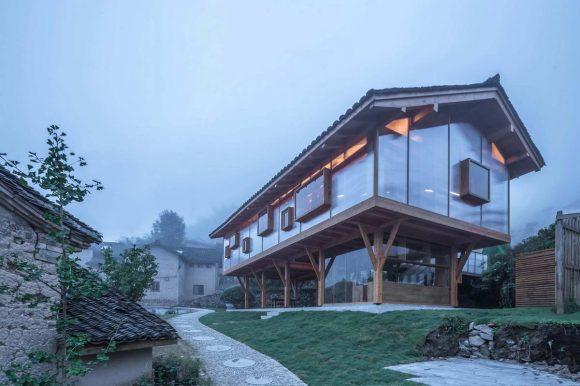 Прозрачный деревянный дом