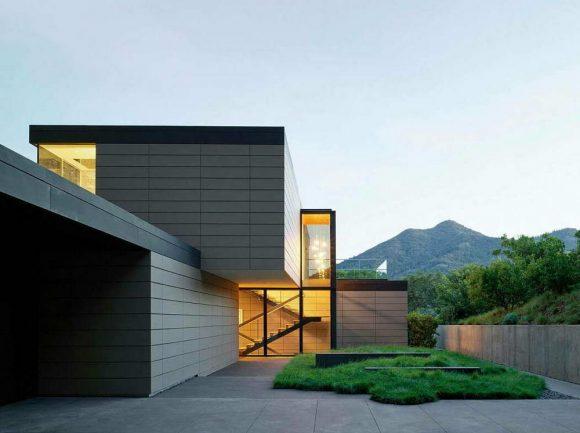 Модернистский дом в лесном окружении
