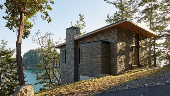 Два каменных дома на склоне