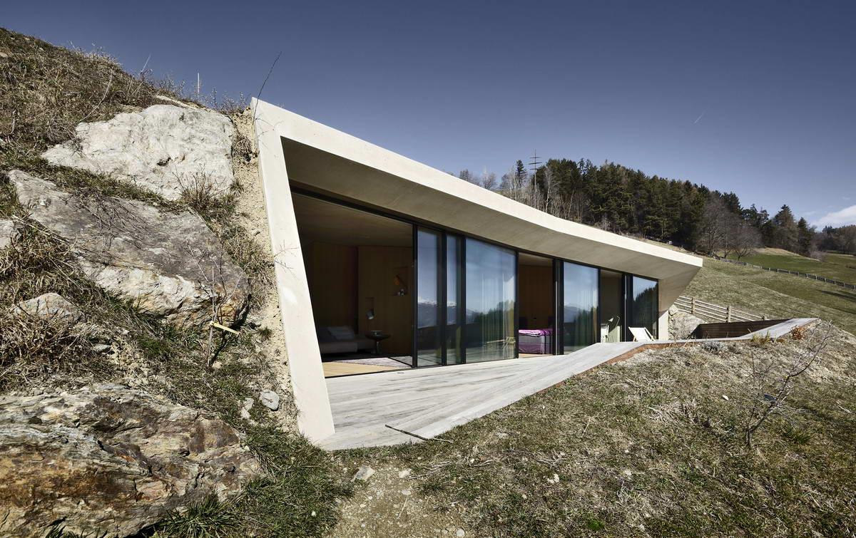 Дом внутри холма