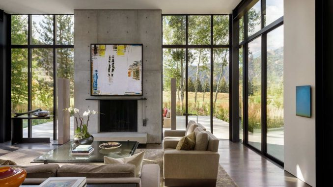 Дом для арт-коллекций на фоне леса