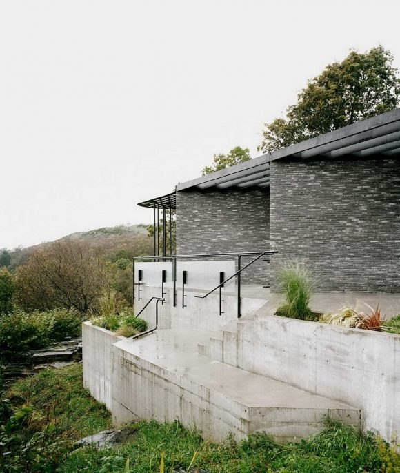 Дом на утёсе среди скал