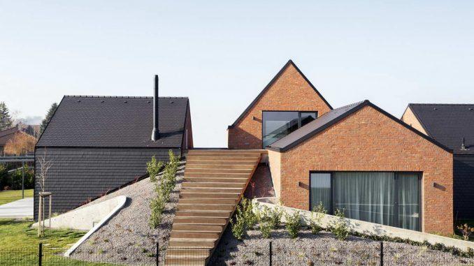 Деревенский дом с холмом и террасой