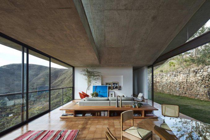 Расположенный на крутом склоне, покрытом типичной бразильской растительностью саванны напротив заповедной зоны, этот необычный дом захватывает лучшие виды на горы и город вдали.