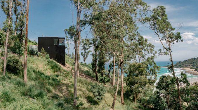 Лесной дачный дом на склоне