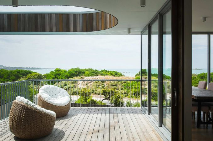 Простой дом у залива