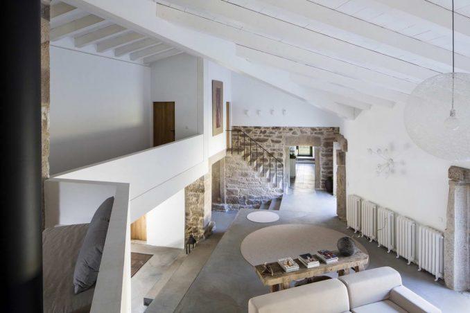 Старый каменный дом с новым интерьером