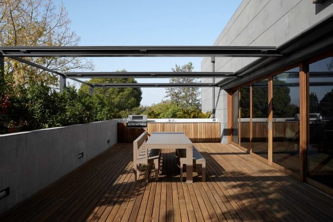 Модернистский дом на пологом склоне