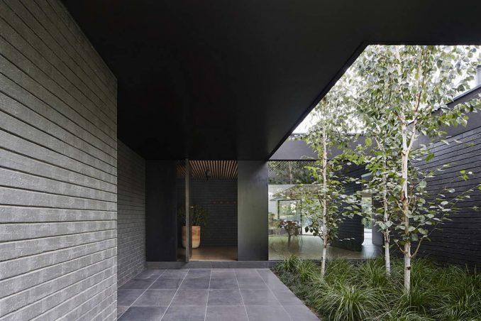 Минималистский дом с двором