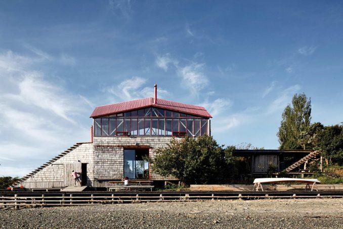 Тройной деревянный дом с лестницей
