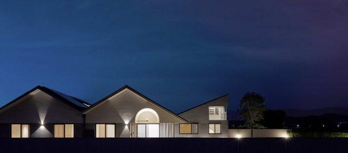 Геометричный дом с острой крышей