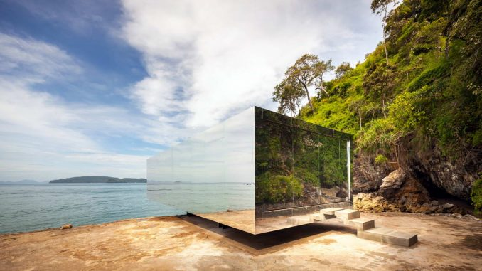 Зеркальный павильон на живописном берегу