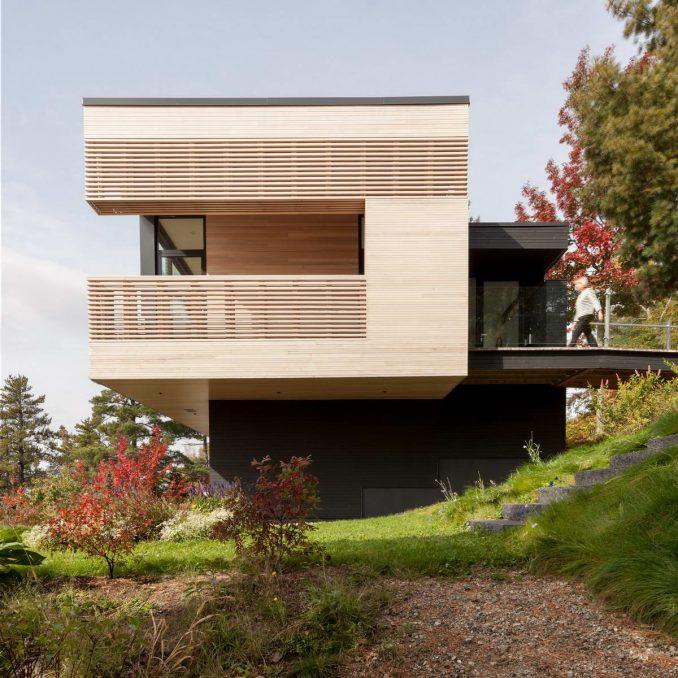 Лесной дом на склоне