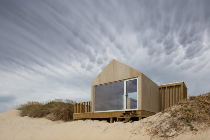 Простой домик в песчаных дюнах