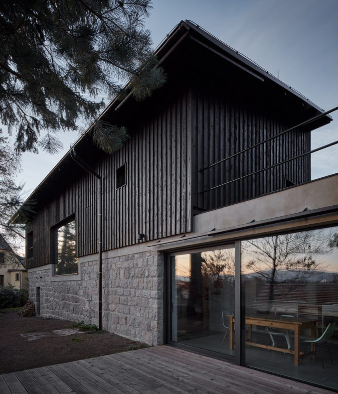 Дом у дороги за бетонной стеной