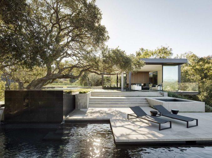Дом среди дубов с дворами, террасами и зелёной крышей