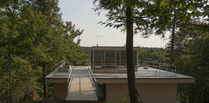 Минималистский деревянный дом на склоне