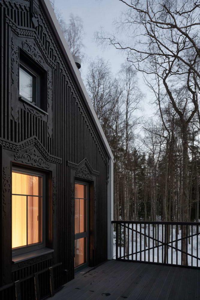 Солнечный дом среди деревьев у Финского залива