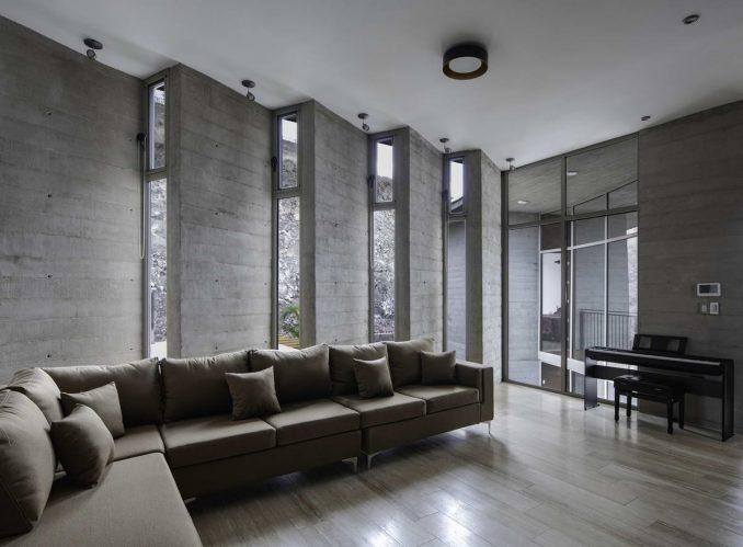 Дом с двором из бетона, стекла и дерева