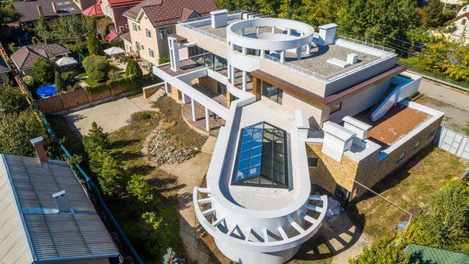 Модернистский дом с атриумом в Ростове-на-Дону