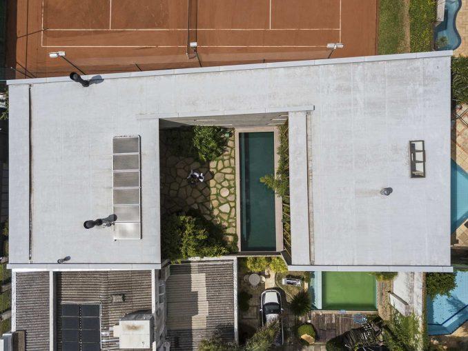 Современный городской дом с двором