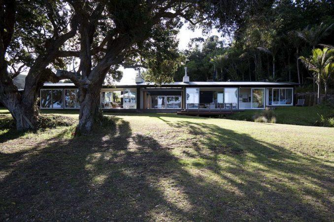 Дом с террасой у залива