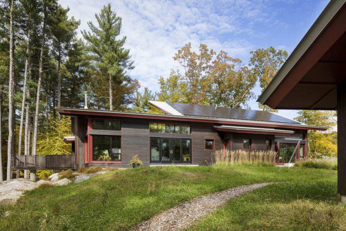Активный солнечный дом в лесу