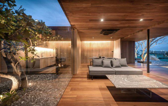 Деревянный минималистский дом на крыше